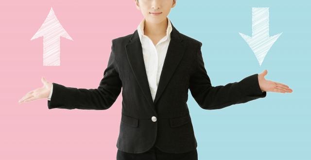 両手を広げている女性の画像
