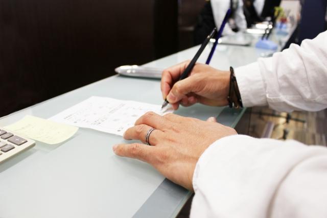 陸運局で申請書の記入を行うところ