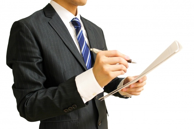 スーツを着た営業マンの画像